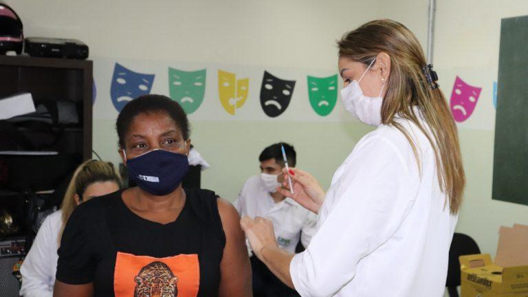 Em ação itinerante, Prefeitura leva vacinação a supermercados na moreninha e região do aeroporto